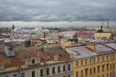 在老欧洲城市的屋顶的看法 免版税图库摄影