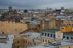 在老欧洲城市的屋顶的看法 库存图片