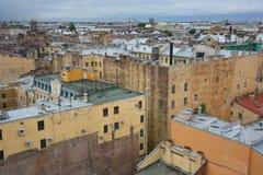 在老欧洲城市的屋顶的看法 免版税库存照片