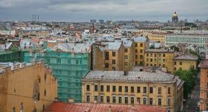 在老欧洲城市的屋顶的看法 免版税库存图片