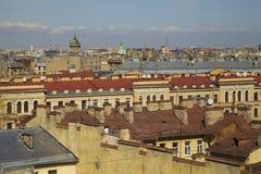 在老欧洲城市的屋顶的看法 图库摄影