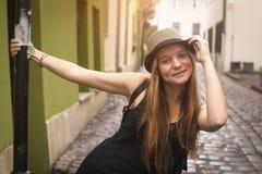 在老欧洲城市街道上的逗人喜爱的青少年的女孩  旅行 图库摄影