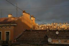 在老欧洲城市 房子的屋顶日落的点燃 免版税图库摄影