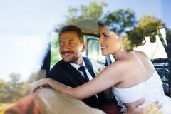 在老汽车的一对婚礼夫妇 库存图片