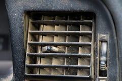 在老汽车的肮脏的尘土空气情况出气孔渠道 免版税库存图片