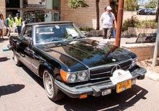 在老汽车的陈列的老Mersedes 380SL敞蓬车1984年在卡梅尔市 免版税库存照片