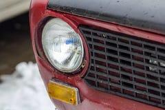 在老汽车节日的红色葡萄酒汽车  减速火箭的car& x27; s车灯关闭 免版税库存图片