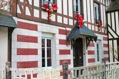 在老法语h门面的庆祝的圣诞节装饰  库存图片