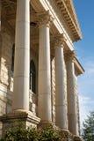 在老法院大楼的专栏 免版税图库摄影
