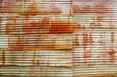 在老波纹状的板料的铁锈 库存照片