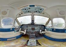 在老涡轮螺旋桨发动机里面的驾驶舱 免版税库存照片