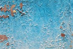 在老混凝土墙上的切削的油漆 库存照片