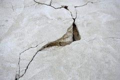 在老混凝土墙上的大裂缝 象三角的深裂缝 免版税库存照片