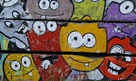 在老混凝土墙上的色的街道画 免版税库存照片