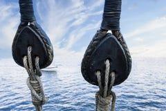 在老游艇的木滑轮 免版税库存照片