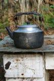 在老火炉的破旧的茶壶 库存图片