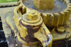 在老火车守车的生锈的黄色齿轮 免版税图库摄影