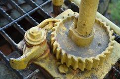 在老火车守车的生锈的黄色齿轮 库存照片
