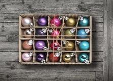 在老灰色木背景的五颜六色的Xmas球 免版税库存图片