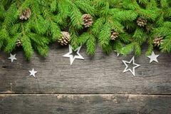在老灰色木背景的新年和圣诞节背景 在视图之上 圣诞树分支和雪、礼物和d 库存图片