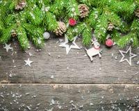 在老灰色木背景的新年和圣诞节背景 在视图之上 圣诞树分支和雪、礼物和d 库存照片