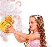 在老照片乌贼属被定调子的结构树白色附近把儿童圣诞节礼品装箱 免版税库存图片