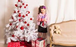 在老照片乌贼属被定调子的结构树白色附近把儿童圣诞节礼品装箱 图库摄影