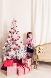 在老照片乌贼属被定调子的结构树白色附近把儿童圣诞节礼品装箱 库存图片