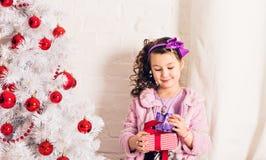 在老照片乌贼属被定调子的结构树白色附近把儿童圣诞节礼品装箱 免版税图库摄影
