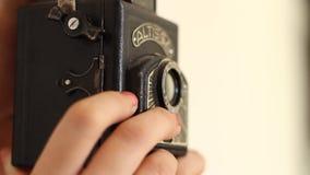 在老照相机的射击照片 股票录像