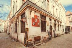 在老牌狭窄街道的小咖啡馆有历史城市餐馆的  图库摄影