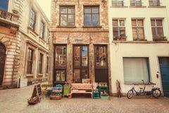 在老牌狭窄街道的小店有历史城市餐馆的  库存图片