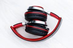 在老牌的木背景 音乐辅助部件 耳机是红色的 倾斜的回到看板卡关闭内存photoed被安置是 有定调子 文本的空间 免版税库存图片