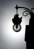 在老牌的黑白街灯。 库存照片