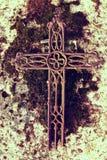 在老生苔墓碑的残破的铁耶稣受难象 免版税库存图片