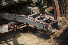 在老生锈的木无盖货车连接机理的细节 免版税库存图片