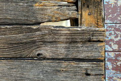 在老生锈的木头的孔 库存图片