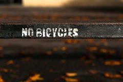 在老生锈的金属篱芭的没有自行车被绘的标志在牛津,英国 免版税库存照片