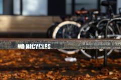 在老生锈的金属篱芭的没有自行车被绘的标志在牛津,英国 库存照片