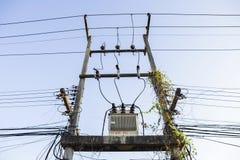 在老电杆的电变压器 免版税库存图片