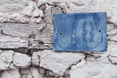 在老白宫的生锈的数字标志18蓝色 库存照片