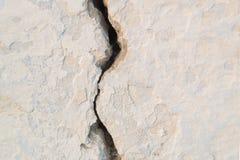 在老白色的大vertial裂缝绘了墙壁 免版税库存照片