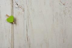 在老白色背景的绿色心脏 免版税图库摄影