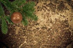 在老皮革背景的圣诞节装饰 图库摄影