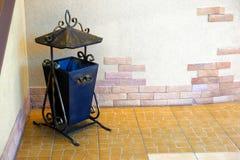 在老短剑的装饰金属缸 查出在空白背景 免版税库存图片