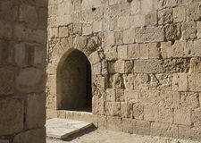 在老石墙的曲拱窗口 图库摄影