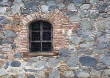 在老石墙的窗口 库存图片