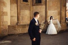 在老石教会背景的时髦的美好的夫妇  库存照片