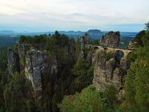 在老石桥梁的早晨在夏天结束时 在破晓内的秋天风景 免版税库存照片