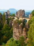 在老石桥梁的早晨在夏天结束时 秋天风景,在天际的破晓 萨克森瑞士,德国 免版税库存图片